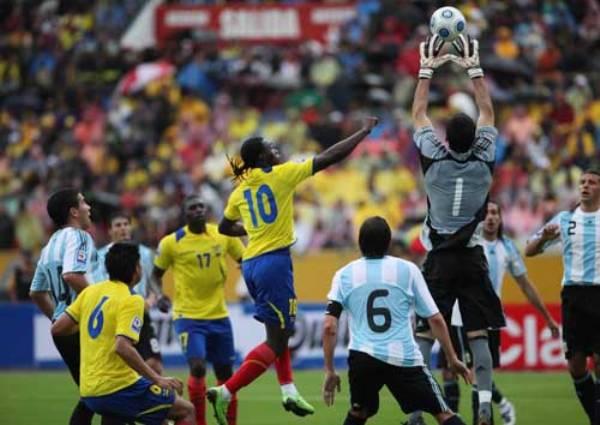 POR TODO LO ALTO. Andújar intentó llegar siempre, como acá ante la arremetida de Caicedo, pero la altura de Quito se lo impidió a la postre (Foto: El Comercio de Quito)