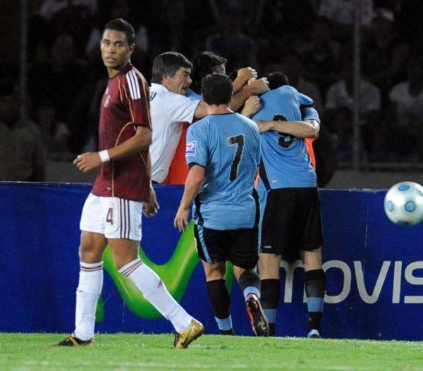 CIELO CELESTE. El empate se demoró en llegar, pero lo hizo en el momento justo. En la foto, todos saludan a Suárez luego de haber sacado el zapatazo que decretó la paridad (Foto: AFP)