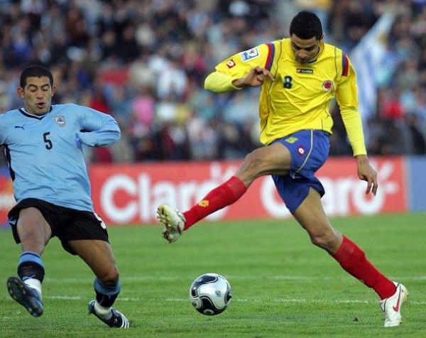 TAMBIÉN INTENTARON. Colombia no fue presa fácil para los charrúas. Acá Moreno prueba ante la barrida de Gargano (Foto: EFE)