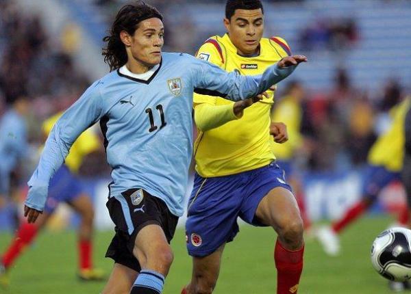 LUCHAN POR UN CUPO. Victoria clave ante un rival directo. Uruguay con Cavani al frente le saca ventaja a los cafeteros (Foto: EFE)