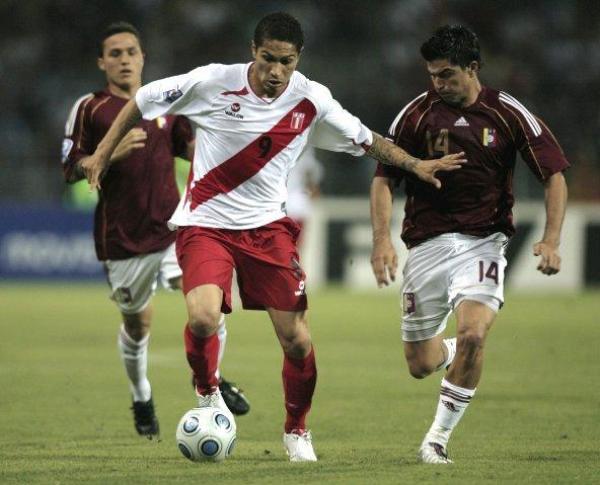 DEPREDADO. Castigado por la defensa veneca, Guerrero salió lesionado decepcionando a todos (Foto: EFE)