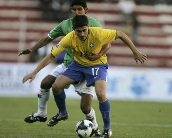 LLÉVAME A SUDÁFRICA. Olivares abraza fuertemente a Álex. Los bolivianos, y ya son 16 años, no irán al Mundial. (Foto: REUTERS)