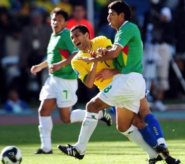 POR ACÁ NO PASAS. Dani Alves es derribado sin sutileza. Los bolivianos apelaron al juego fuerte para dominar el poder brasileño (Foto: REUTERS)