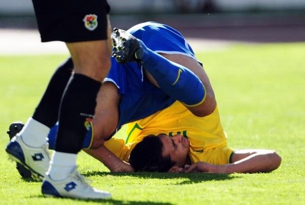 DE ESPALDAS AL ARCO. Pese a que marcó un gol, Nilmar no fue el referente ofensivo que Dunga busca para su delantera (Foto: REUTERS)