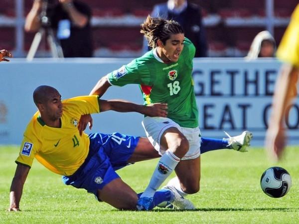 ARTE MARCIAL. La espectacularidad del juego brasileño generó un arte diferente al esperado. Luizao aplica una fuerte llave para tumbar a Martins (Foto: REUTERS)