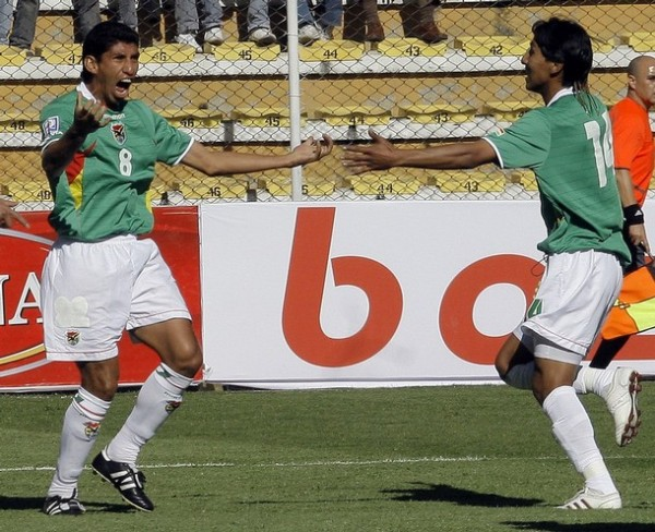 ¡YO LO MARQUÉ!. Olivares grita su gol, el que inició la victoria, y Gutiérrez corre a abrazarlo (Foto: REUTERS)
