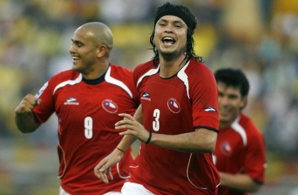 TAMBIÉN EN PELOTA PARADA. Ponce aprovechó un servicio de Valdivia y, de cabeza, marcó el empate. Con la misma arma con que fallaba, Chile marcó (Foto: AP)