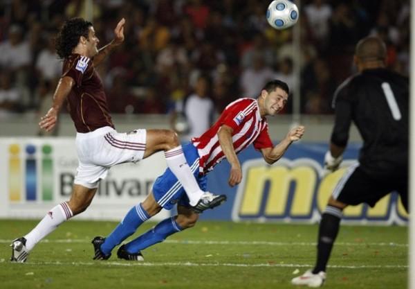 A OJOS CERRADOS. Así apoyan los guaraníes a Martino. Paraguay clasifica de forma convincente y será un gran representante sudamericano (Foto: REUTERS)