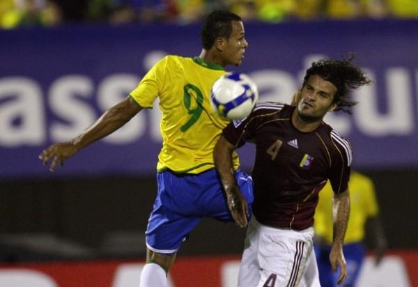 HOY SÍ PERO VA BIEN. Luis Fabiano parece ser la carta gol que Dunga ha encontrado. Vizcarrondo fuerza la marca aunque igual el del Sevilla estuvo de espaldas al arco (Foto: REUTERS)