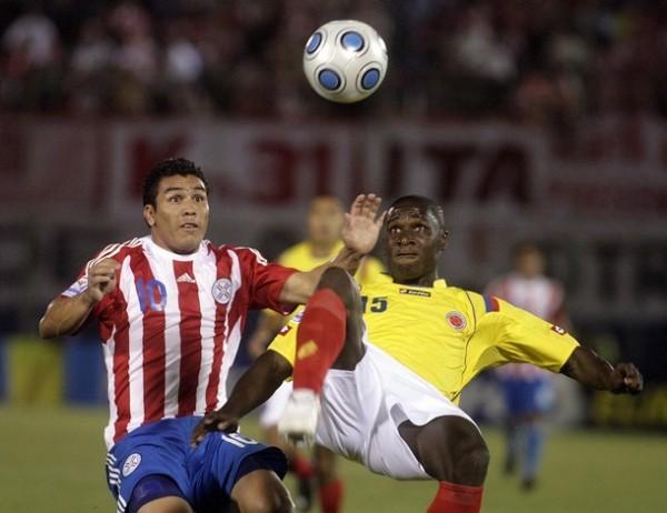 CHALACA A LA COLOMBIANA. Zapata ensaya el rechazo ante la llegada de Darío Verón. La actuación de Paraguay fue, en una sola palabra, mediocre (Foto: Reuters)