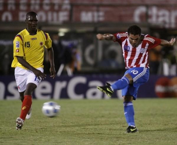 SALVA-NADA. Remata Cabañas ante la atenta mirada de Zapata. El goleador guaraní no estuvo fino hoy (Foto: Reuters)