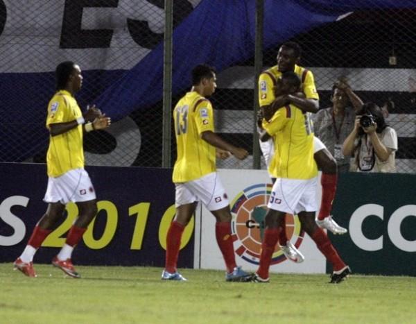 UN RINCONCITO PARA CELEBRAR. Todo Colombia festeja con Miguel Rincón el tanto que abrió el marcador en el Defensores del Chaco (Foto: Reuters)