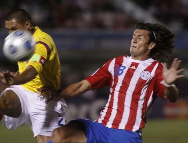 EXPERIENCIAS DISÍMILES. Iván Ramiro Córdoba le gana el balón a Nelson Haedo. Solo el segundo de ellos irá al Mundial, pese a haber perdido (Foto: Reuters)
