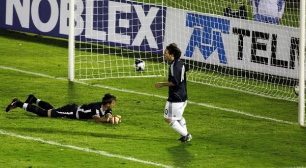 RESIGNACIÓN. Muslera ve el balón irse al fondo luego del remate de Bolatti. Messi contempla cómo Argentina se clasificaba (Foto: Reuters)