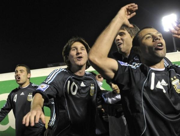 RIENDA SUELTA A TU ALEGRÍA. Argentina no solo festejó la clasificación: también derrotó por primera vez en cotejos oficiales a Uruguay en el Centenario (Foto: Reuters)