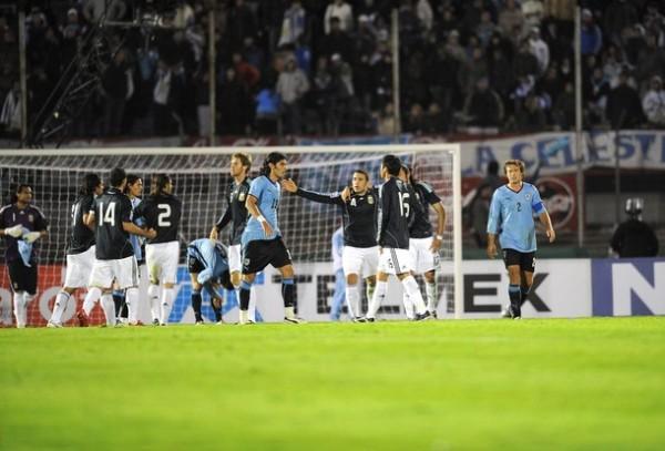 VAMOS CON EL PIBE. Bolatti entró y marcó el tanto de la victoria, que enmudeció el Centenario (Foto: Reuters)