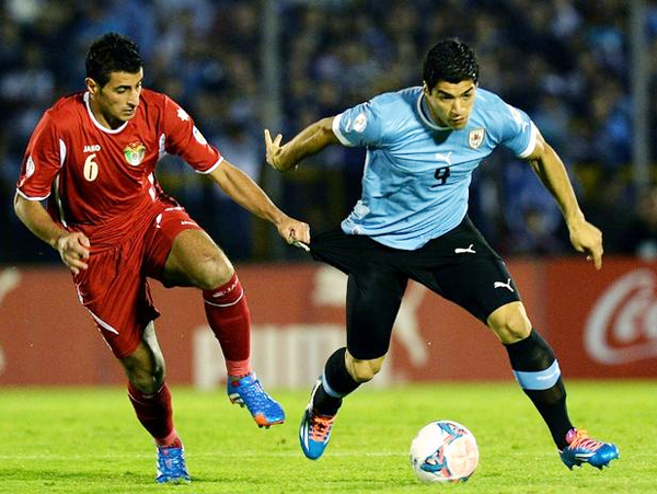 Sin ocasiones para definir, lo de Luis Suárez frente a Jordania tuvo poca trascendencia en el Centenario (Foto: AFP)