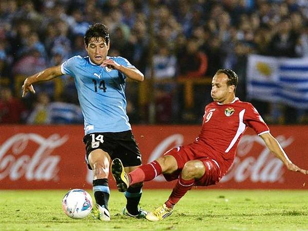 Uruguay manejó casi a su antojo el mediocampo pero a la hora de generar ocasiones le faltó claridad, como a Nicolás Lodeiro que acabó siendo reemplazado en el segundo tiempo (Foto: AFP)