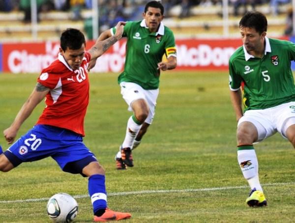 EL GOLAZO. Con un remate cruzado en el arco de Vaca, Aránguiz concluyó una gran jugada de Chile. (Foto: Reuters)