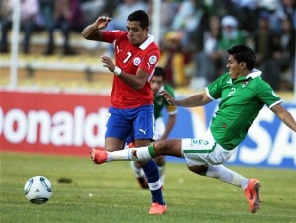 LA CLAVE. La expulsión de Luis Gutiérrez fue por un pelotazo a Alexis Sánchez luego de caer tras esta falta de Méndez. La inferioridad numérica empezaba a sentenciar una victoria para Chile. (Foto: Reuters)