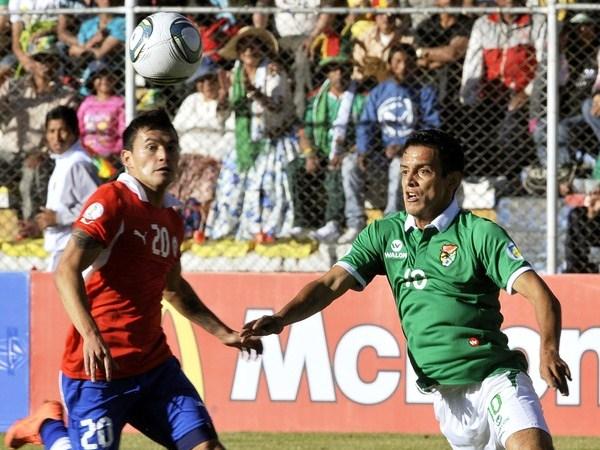 EL DUELO. Jhasmany Campos intentó en más de una ocasión sobre la valla chilena, pero Claudio Bravo estuvo siempre gigante bajo los tres palos. (Foto: Reuters)