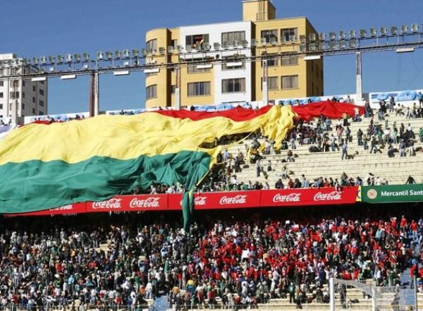 EL ESTADIO. El marco imponente del Hernando Siles conformado por hinchas chilenos y bolivianos le daba mayor atractivo al partido. (Foto: Reuters)