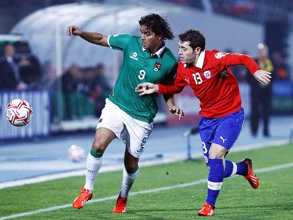 Marcelo Moreno una vez más destacó en el ataque de Bolivia anotando un gol que puso en aprietos a Chile hasta el final (Foto: Agencia Uno)