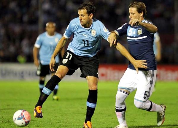 Sin presentar su mejor oncena, Argentina le hizo un partido muy parejo a Uruguay. (Foto: EFE)