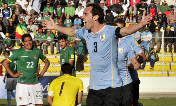 El juego aéreo de Uruguay fue más efectivo que nunca cuando al fin ganó en La Paz en 2015 (Foto: AFP)