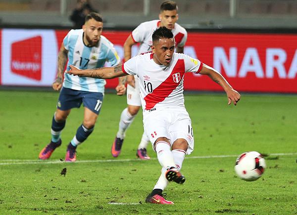 Christian Cueva y el gol de penal ante Argentina en el empate 2-2 en el Nacional. (Foto: ANDINA)