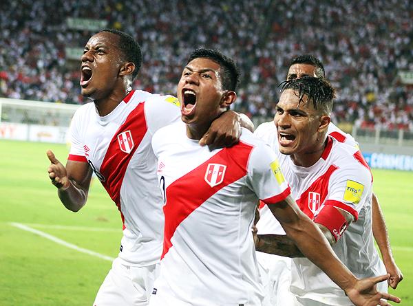 El 'Orejas' Edison Flores grita su gol, el de la victoria ante Uruguay, a todo pulmón. (Foto: Pedro Monteverde / DeChalaca.com)