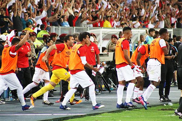 La banca de suplentes celebrando uno de los goles de la blanquirroja ante Uruguay. La unión del grupo es importante