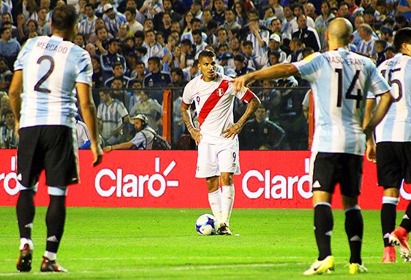 ¿Y si Sergio Romero no atajaba el tiro libre de Paolo Guerrero en la última jugada del partido? (Foto: Pedro Monteverde / enviado especial a Buenos Aires)