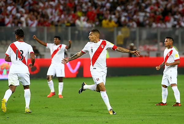 Paolo Guerrero mira con dudas al árbitro. Sin embargo, era el gol que le dio la posibilidad al Perú de vivir un repechaje. (Foto: Andina)