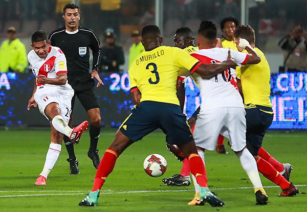 Aunque la selección peruana no tuvo claridad -como Édison Flores carente de espacios-, la gente apoyó sin cansancio. (Foto: Andina)