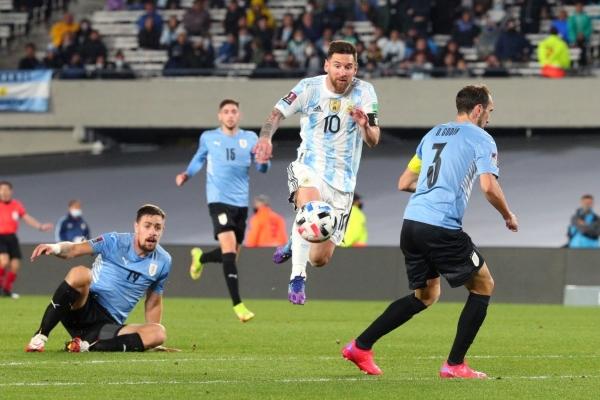 Messi fue el mejor del campo y ratificó que vive su mejor momento con la albiceleste. Aquí supera a Godín. (Foto: AFP)