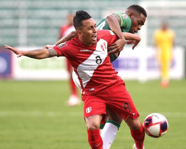 Cueva esta vez cumplió rol de villano con el balón perdido en la acción que derivó en el gol altiplánico. Aquí es cubierto por Enoumba, el camerunés nacionalizado boliviano. (Foto: Prensa FPF)