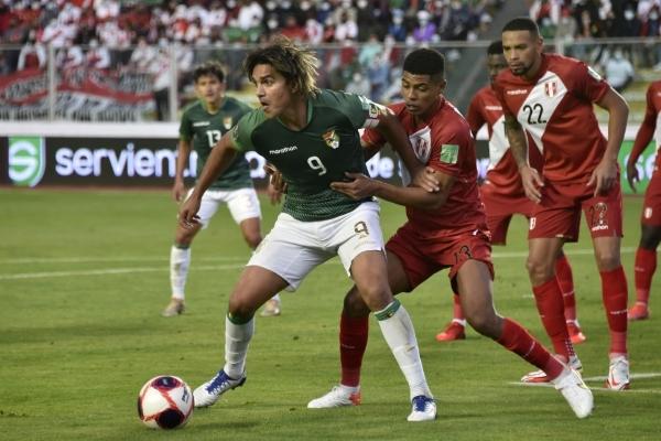Martins, siempre inquieto, acabó siendo el mejor de Bolivia una vez más y también del partido. Aquí es encimado por Cartagena, quien ingresó en el segundo tiempo. (Foto: AFP)