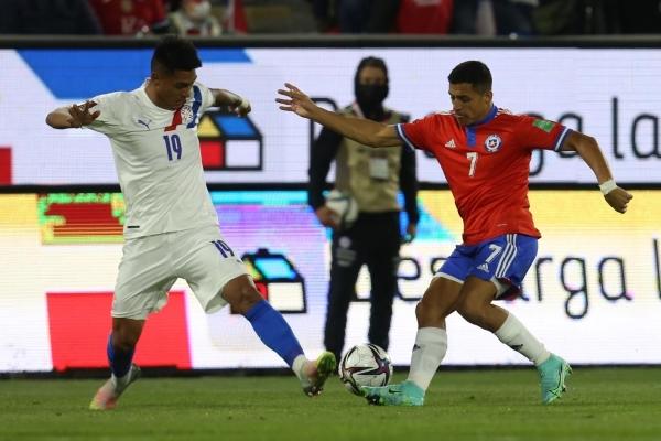 Sánchez supera a Arzamendia. Uno de los estandartes de la 'Generación Dorada' mapochina sigue en pie futbolístico. (Foto: AFP)