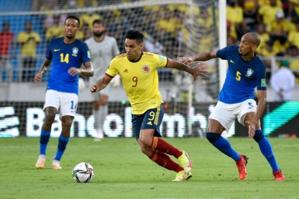 García lideró el ataque colombiano. Aquí avanza ante Fabinho. (Foto: AFP)