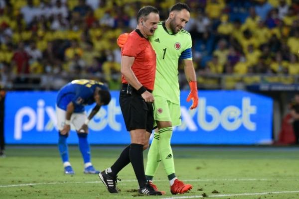 Ospina dialoga con el árbitro Loustau. El guardameta colombiano, como siempre, fue punto alto. (Foto: AFP)