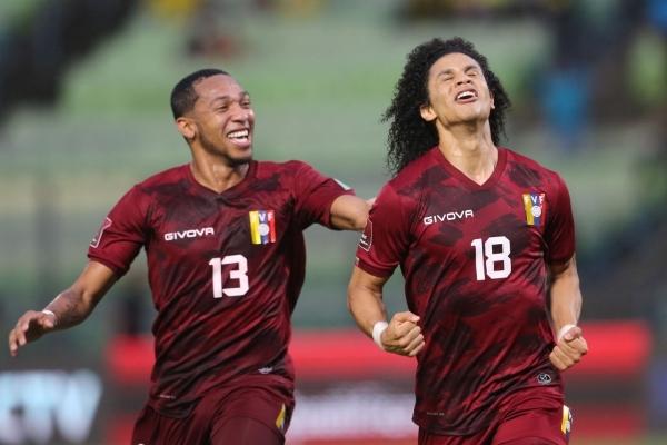 Bello grita su gol acompañado por José Martínez. El melenudo volante fue el mejor del campo. (Foto: AFP)