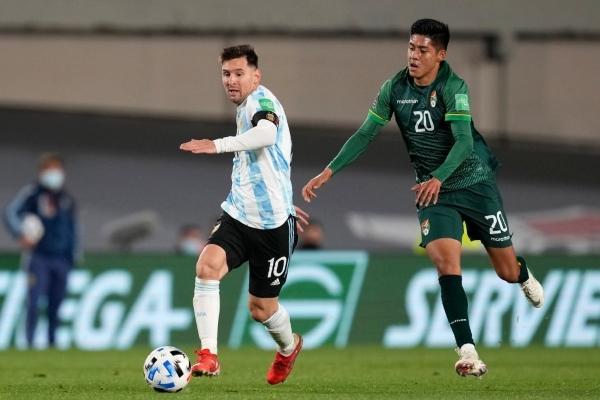 Messi estuvo intratable. Aquí se lleva el balón ante la impotencia de Ramiro Vaca. (Foto: AFP)