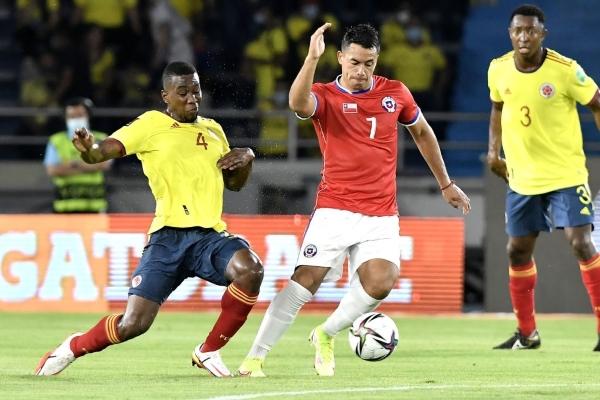 Morales dio poco fuego en el ataque chileno. Aquí ingresa ante la marca del debutante Cuesta. (Foto: AFP)