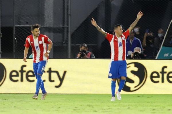 Romero Gamarra celebra su tanto. El 'Kaku' se destapó al fin con la albirroja. (Foto: AFP)