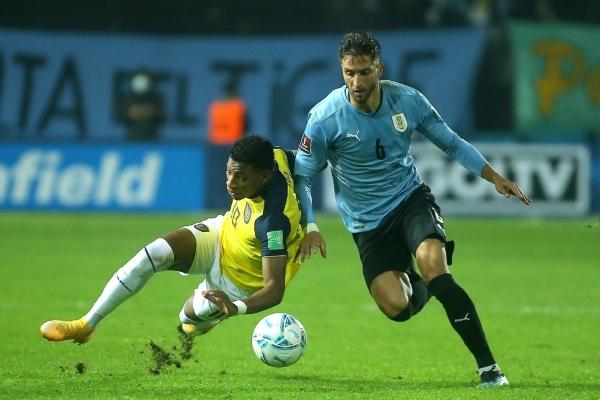 Bentancur deja en el suelo a Plata. El volante celeste mantiene un rendimiento destacado. (Foto: AFP)