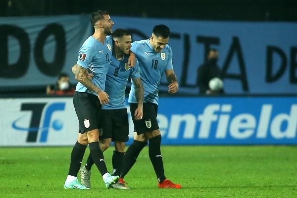Nández en el abrazo con Pereiro y Gómez luego del tanto del primero de ellos. El reinventado lateral fue el mejor del campo. (Foto: AFP)
