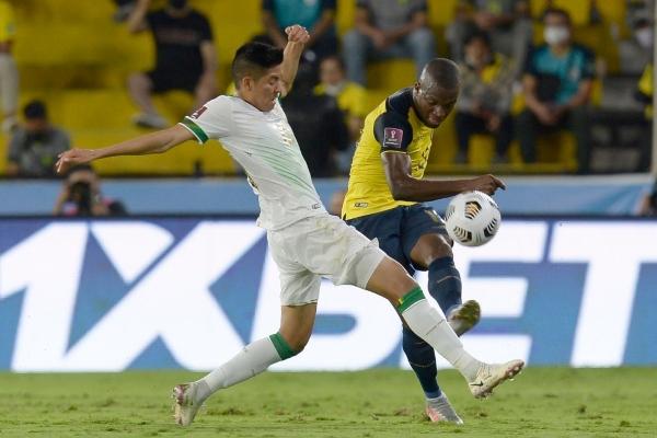Valencia remate ante la marca de Jusino. El experimentado goleador ecuatoriano apareció como en sus mejores tiempos con un doblete. (Foto: AFP)