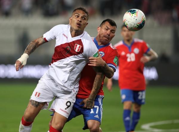 Guerrero, notoriamente disminuido en lo físico, estuvo lejos de causar peligro a Chile. Aquí es cubierto por Medel. (Foto: Prensa FPF)