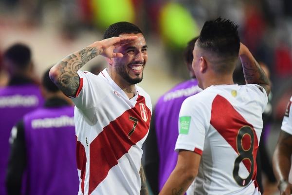 Peña fue el mejor del campo y coronó su actuación con el gol que acá celebra con Cueva al estilo militar. (Foto: Prensa FPF)